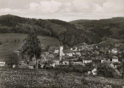 Postkartenansicht: Blick vom Oberrain ins Dorf