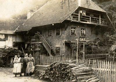 """Das Foto aus früheren Jahren zeigt """"s'Jocke Hus"""" am Unterrain."""
