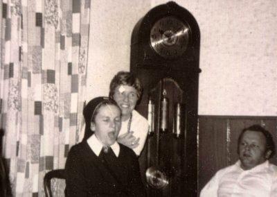 Schwester Fiatis als junge Ordensfrau bei ihrem ersten Heimatbesuch 1971 in der Stube ihres Elternhauses.