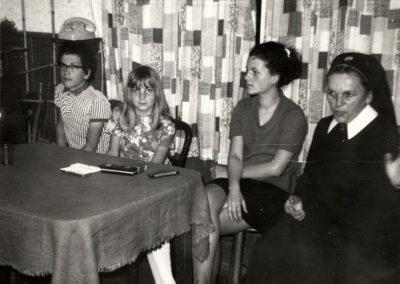 Schwester Maria Fiatis Schätzle beim ersten Heimatbesuch 1971 in der Wohnstube ihrer Eltern, die allerdings zu dem Zeitpunkt beide bereits verstorben waren.
