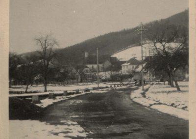 Die Ansichtskarte zeigt die Ortseinfahrt von Schweighausen her kommend mit Blick auf die Dorfkirche.