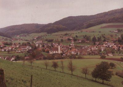 Dieses ältere Foto gewährt einen Blick von oberhalb der Brandhalde auf das Dorf.