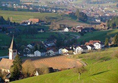 Dörlinbach im März 2021: Blick von oberhalb der Kapelle runter zur Dorfkirche.