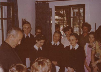 Die Hauseinweihung im Jahre 1982 in San Isidro mit Pater Esteban Uriburu (links)
