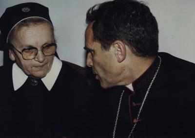 Schwester Fiatis Schätzle im Gespräch mit dem Bischof von San Isidro, Alcides Jorge Pedro Casaretto, im Jahre 1991.