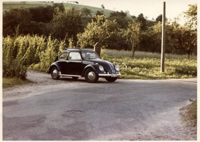 Das waren noch Zeiten: VW-Käfer beim Einbiegen in die alte Landstraße in der Hub Anfang der 1950er-Jahre.