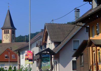 Die wohl berühmtesten Laufenten in der Geschichte von Dörlinbach sonnen sich im Springbrunnen.