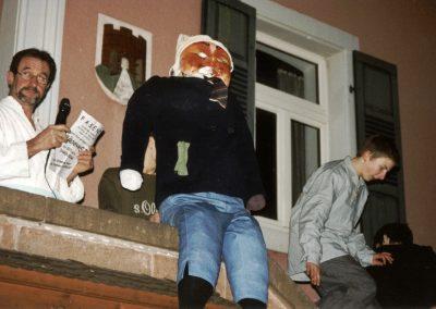 Narrensplitter vom Schmutzigen Donnerstag 2003: Oberbremme Alois Göppert gibt das Programm der närrisch-tollen Tage bekannt.
