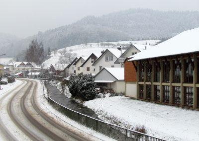 Winterimpressionen im Februar 2021: Blick durch die Hauptstraße, Höhe Turn- und Festhalle.