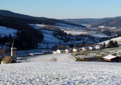 Winterimpressionen im Februar 2021: Blick von der Kapelle ins Dorf.