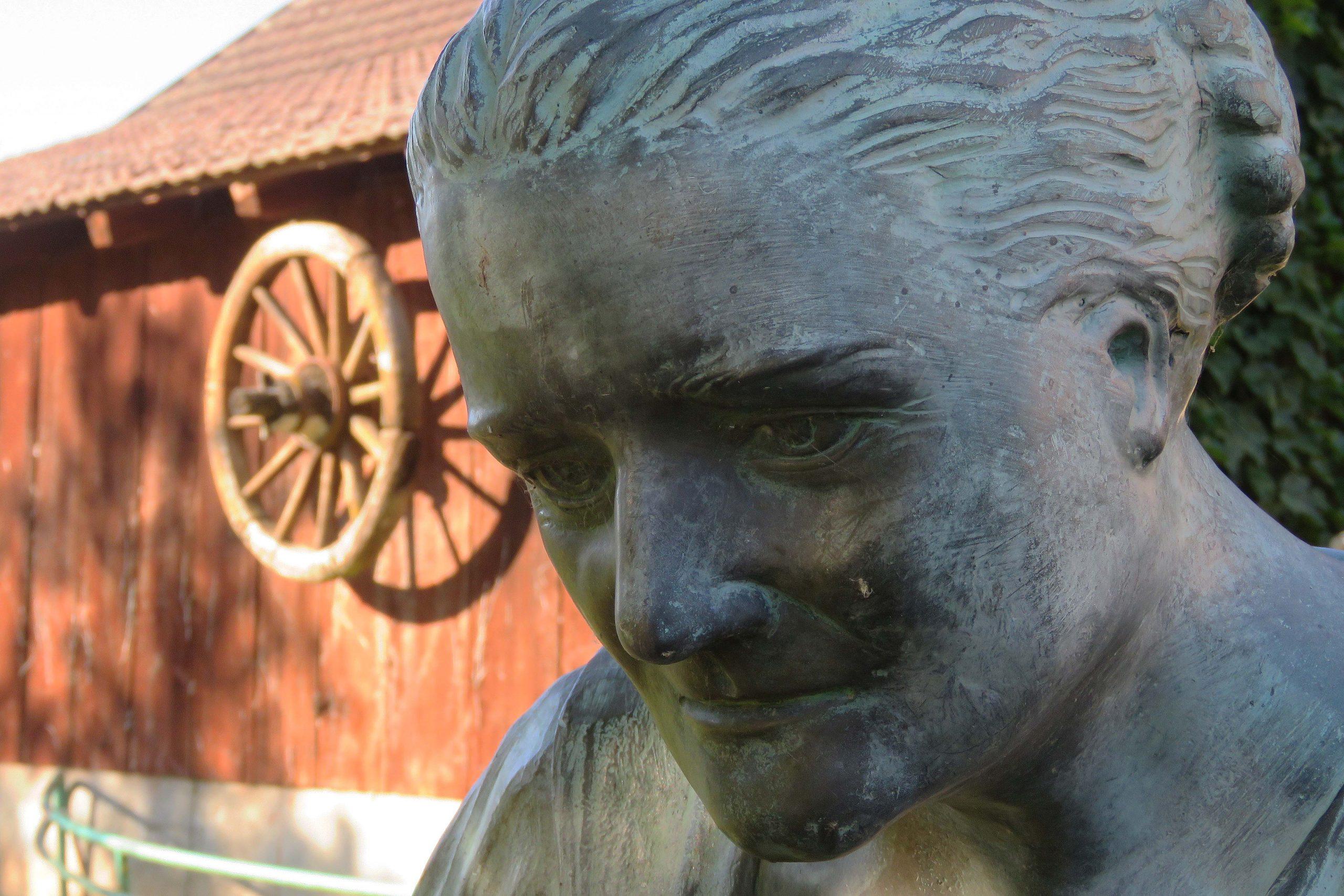 Juli 2020: Das Herzstück des Buchbrunnens ist die Bronzefigur, die der alten Zieglerhofbäuerin nachempfunden ist.