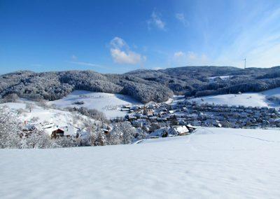 Winter-Impressionen im Januar 2021: Blick vom Oberrain runter ins Dorf.
