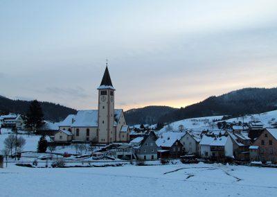 Januar 2021: Die Pfarrkirche Sankt Johannes umgeben von einer winterlichen Landschaft.