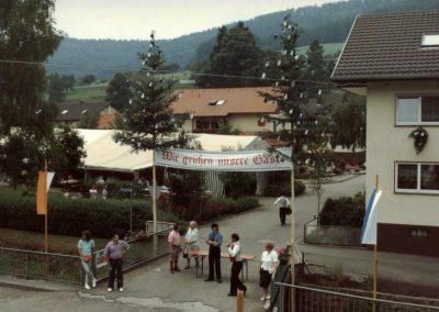 """Im Juli 1992 feierte der Radfahrverein """"Schutterbund"""" sein 85-jähriges Besten mit einem Festumzug: Gleich geht's los, die Zuschauer bringen sich in Position …"""
