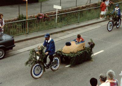 """Im Juli 1992 feierte der Radfahrverein """"Schutterbund"""" sein 85-jähriges Besten mit einem Festumzug: Korsofahrerinnen und -fahrer prägen den Festumzug."""