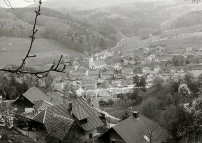 Blick vom Oberrain ins Dorf: Schwarz-Weiß-Impressionen aus dem Frühjahr 1988.