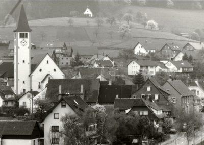 Blick vom Dobel ins Dorf: Schwarz-Weiß-Impressionen aus dem Frühjahr 1988.