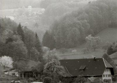 Schwarz-Weiß-Impressionen aus dem Frühjahr 1988: Blick zu S 'Zieglers.