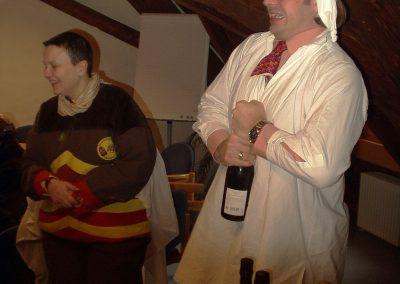 Schmutziger 2006: Die Macht ist weg, Bürgermeister Carsten Gabbert bleibt zum Trost nur eine Flasche Sekt. Doch erst muss der Korken raus …