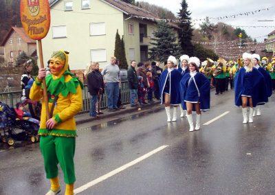 """Impressionen vom Narrenumzug im Februar 2004 in Dörlinbach: Die befreundeten """"Wagestadter Pflüme"""" ziehen durchs """"Bremmedorf""""."""