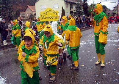 """Impressionen vom Narrenumzug im Februar 2004 in Dörlinbach: Der Wagestadter """"Pflüme-Some"""" zieht durch die Bremsdorfer Straßen."""