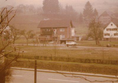 Momentaufnahme aus den 1970er-Jahren: Im Vordergrund der Spielplatz Herrenmatt, dahinter die noch wenig bebaute Blumenstraße.