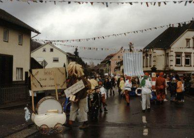 """Februar 2002: Impressionen vom Dorfumzug mit örtlichen Vereinen und Gruppierungen am """"Fasentsundig""""."""