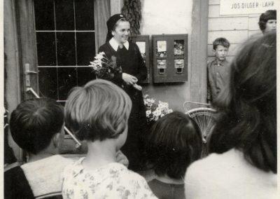 Empfang: Schwester Fiatis beim ersten Heimatbesuch im Jahre 1971 in Dörlinbach.