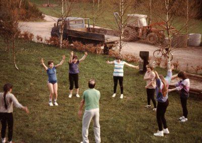 Frauenfußball in Dörlinbach: Trainingseinheit der Frauenmannschaft der KJG Dörlinbach im April 1983 auf der Freizeitanlage bei der Prinschbachhütte.