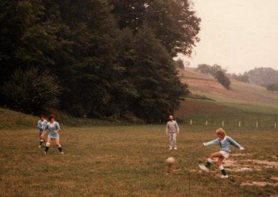 Frauenfußball in Dörlinbach: Die Mädchenmannschaft der KJG im Juni 1983 auf dem Sportplatz.