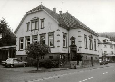 Das alte Schulgebäude, inzwischen ein Vereinshaus, im Mai 1989.
