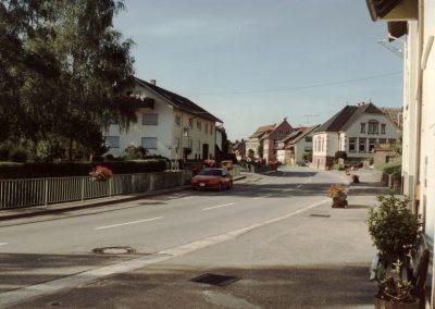 Im August 1991 prägten noch Blumentröge die Hauptstraße auf der Häuserseite zwischen den Hausnummern 2 bis 12