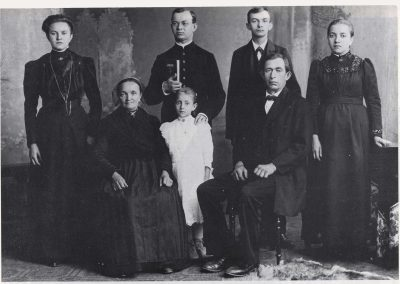 Dieses Foto wurde im Juni 1908 aus Anlass der Primiz in der Schweighausener Pfarrkirche gemacht.