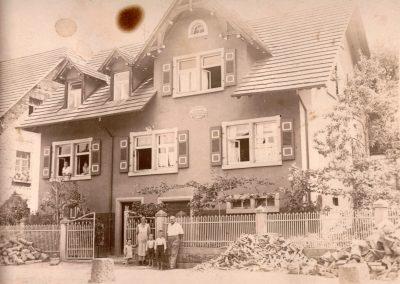 Schneidermeister Alois Schätzle sen. vor seinem Haus in der Hauptstraße in den 1930er-Jahren.