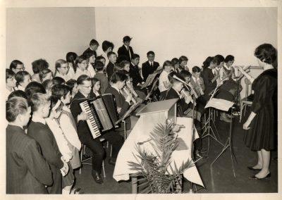 Einweihungsfeier für das neue Schulgebäude im April 1964.