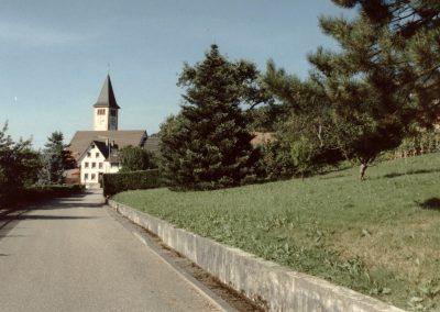 Die Schulstraße im August 1991 – Blickrichtung zur Pfarrkirche.