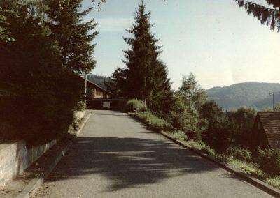 Die Schulstraße im August 1991 – Blickrichtung zum Schulgebäude.