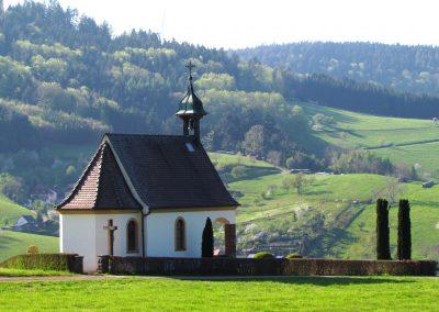 Die Gedächtniskapelle ist von überall im Dorf zu jeder Jahreszeit ein Blickfang. Hier eine Aufnahme aus April 2021