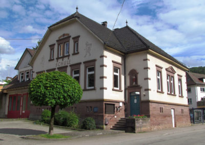 Das alte Schulhaus mit Feuerwehrgarage, aufgenommen Ende Mai 2021.
