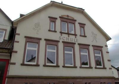 Blick auf die Alte Schule, der ehemaligen Dörlinbacher Volksschule.