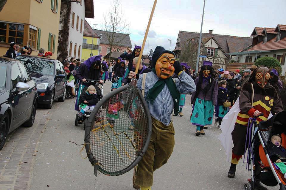 """Der """"Bremmedatscher"""" in Aktion beim Rosenmontagsumzug 2011 in Ottenheim."""