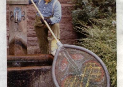 """nlässlich seines fünften Geburtstags im Jahre 2004 bringt sich der """"Bremmedatscher"""" am Sandsteinbrunnen vor der Alten Schule für den Fotografen in Position"""