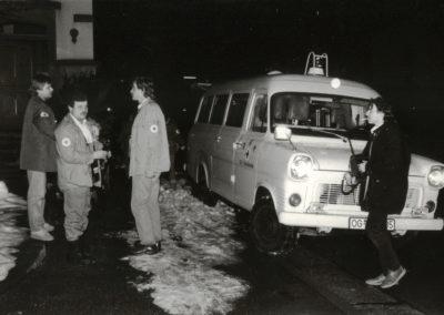 Winter 1984: Rotkreuzler aus Dörlinbach und Schweighausen nach Übungsende bei der Alten Schule, wo sich auch das DRK-Dienstheim der Dörlinbacher befindet.