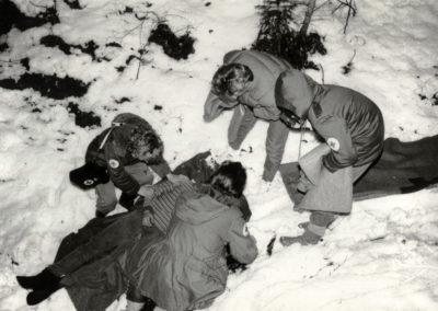 Winter 1984: Die DRK-Bereitschaft Dörlinbach übt im Prinschbach mit Unterstützung aus Schweighausen die Bergung von Verletzten eines Flugzeugabsturzes im verschneiten Waldgelände.