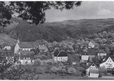 Blick auf den Dorfkern Dörlinbachs im Jahre 1935. Mittendrin die Volksschule.