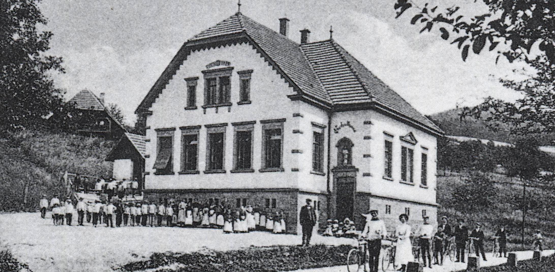 Voller stolz präsentiert 1904 die Gemeinde ihr neues Schulhaus, die heutige Alte Schule, die heutzutage als Vereinshaus genutzt wird.