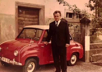 Stolz präsentiert Ernst Schätzle sein kleines Gogomobil in Spezial-Rot. Ein echter Hingucker nicht nur zur damaligen Zeit!