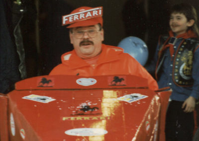 Die beiden Tüftler Franz Eble und Rainer Stölker überraschten beim Fastnachtsumzug 1997 mit einem Ferrari-Boliden