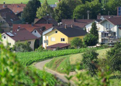 Blick von der Gedächtniskapelle ins Dorf im Juli 2018: Im Fokus die Häuser in der Gutenbergstraße.