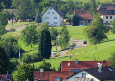 Blick von der Gedächtniskapelle ins Dorf im Juli 2018: Im Fokus Höfen.